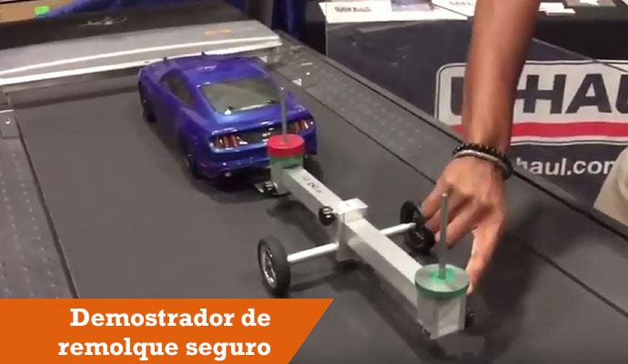 Modelo de auto y remolque utilizado para demostrar cómo remolcar correctamente